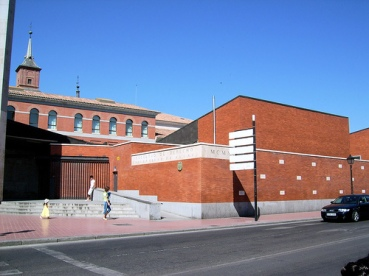 Facultad de Derecho, con el muro de los personajes.