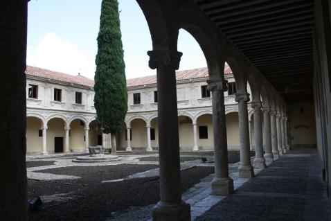 Patio Trilingüe, creado por Pedro de la Cotera.